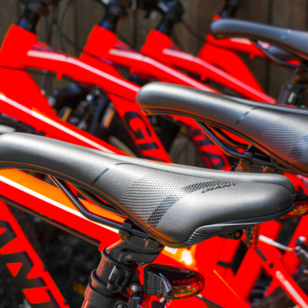 Czerwone rowery Giant, zbliżenie na siodełka
