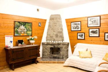 Sala kominkowa w Ośrodku Górskim Kordon, kominek i miejsce do odpoczynku